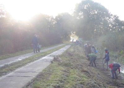 Naturschutzwoche für Kinder (BINGO Umweltstiftung): Erlen für den Dinninger Bach